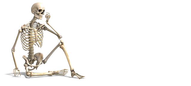 骨の働き|ガイコツが座っている絵