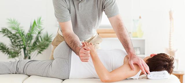 椎間板ヘルニア|カイロプラクティックで腰を治療している場面