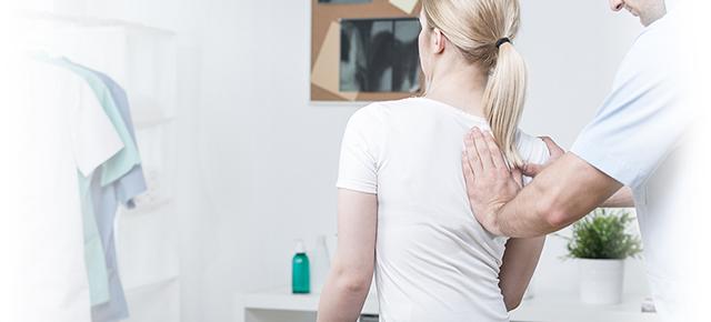 背骨の痛み|カイロプラクターの検査風景