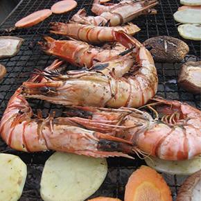 逗子バーベキュー|鉄板で美味しそうな魚介類を焼く風景