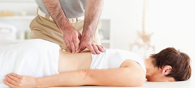 関節の構造|カイロプラクティックの治療をしている写真