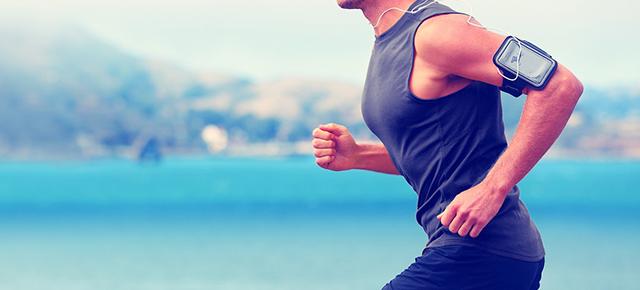 生活習慣病|海辺をランニングしている体格の良い男性