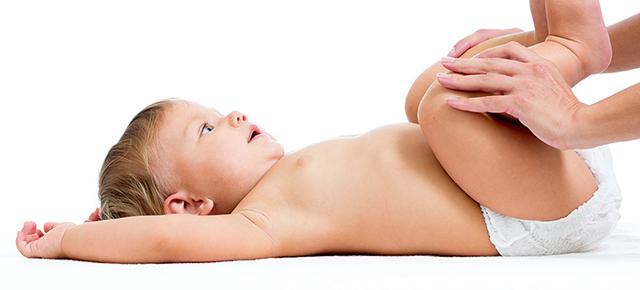 生活習慣病|仰向けで身体検査を受けている小児