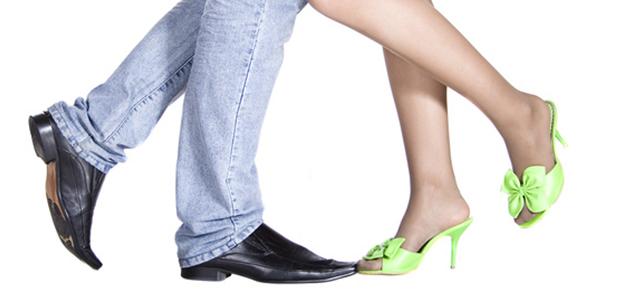男女の骨格について|向かい合う男性と女性の足