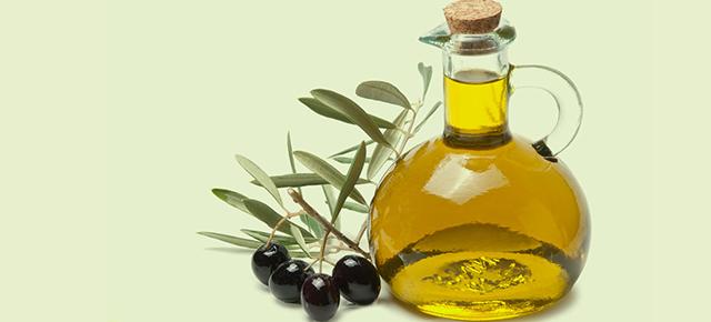 生活習慣病|綺麗なビンに入ったオリーブオイルとオリーブ