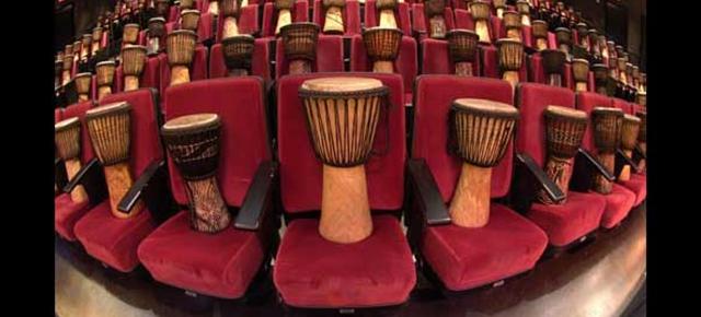 drumstruck|会場の席に置いてあるたくさんのジャンベ